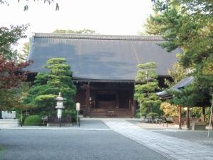 広隆寺境内は何百年も変わらぬ景色。